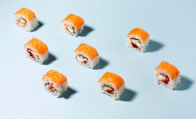 Sushi-rollen auf dem tisch ausgerichtet