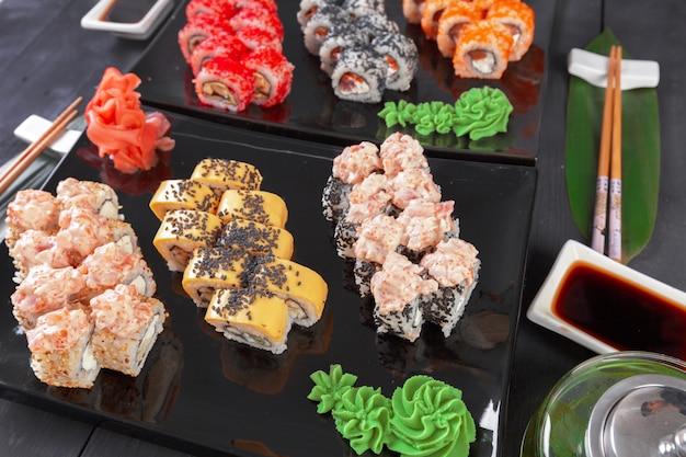 Sushi-rollen eingestellt auf schiefer auf dunklem hintergrund