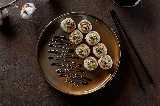 Sushi-rollen in mamenori mit aal-frischkäse-avocado-daikon-unagi-sauce