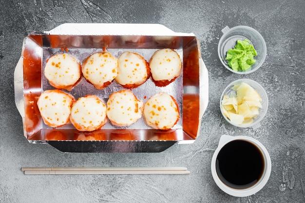 Sushi-rollen-lieferset auf grauem stein