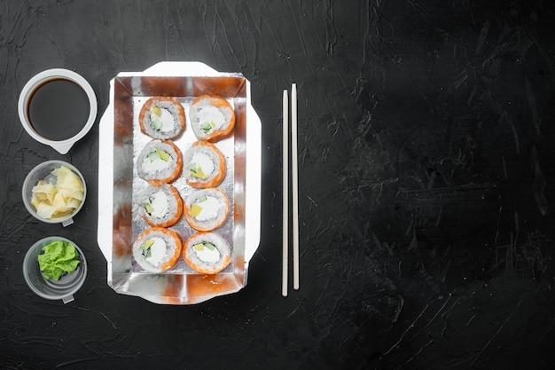 Sushi-rollen-lieferset auf schwarzem stein