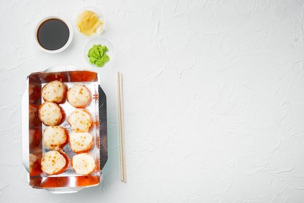 Sushi-rollen-lieferset auf weißem stein