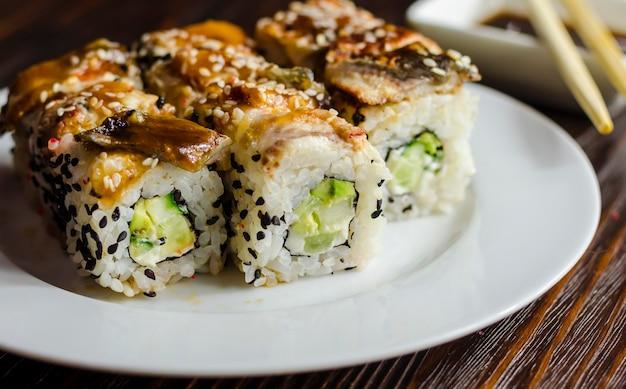 Sushi-rollen mit aal, käse und avocado