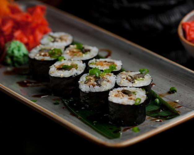 Sushi rollen mit einer vielzahl von lebensmitteln im inneren