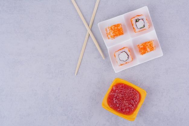 Sushi-rollen mit frischkäse in einer weißen platte