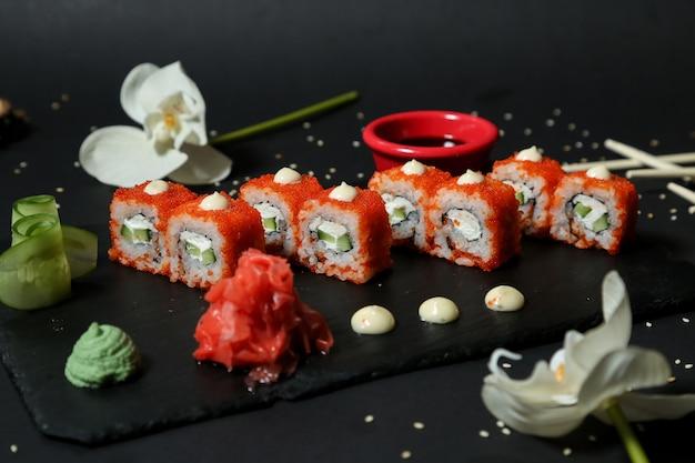 Sushi-rollen mit gurke, frischkäse, wasabi und ingwer