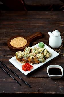 Sushi-rollen mit salat belegt
