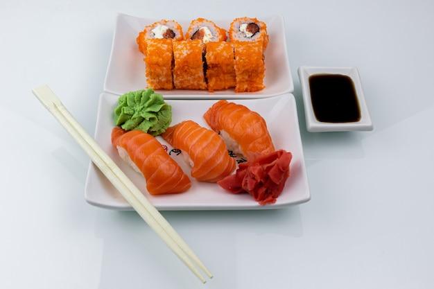 Sushi-rollen mit sojasauce und wasabi