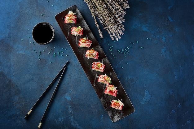 Sushi-rollen mit thunfisch-daikon-frühlingszwiebeln und chili-pfeffer