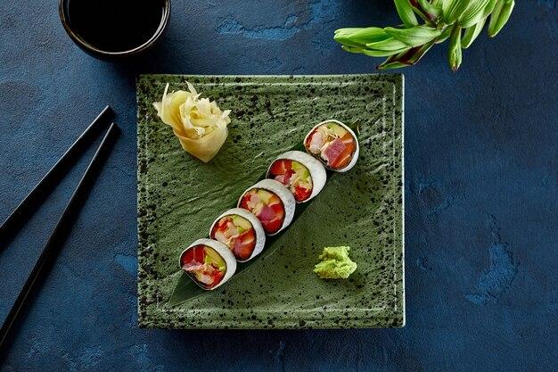 Sushi-rollen mit thunfisch-lachs-krabben-tobiko und avocado in mamenori