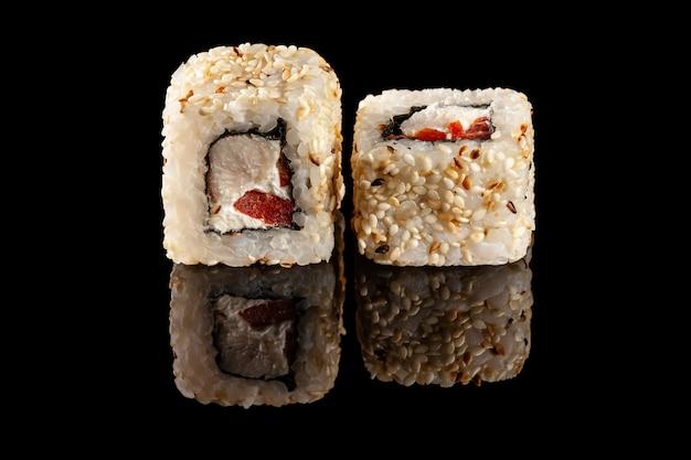 Sushi-rollen mit verschiedenen füllungen