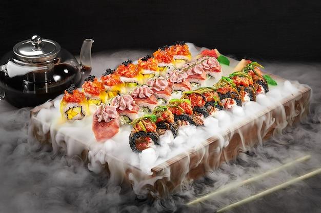 Sushi-rollen-set in weißem rauch aus flüssigem stickstoff