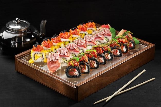 Sushi-rollen-set mit ingwer-wasabi und stäbchen