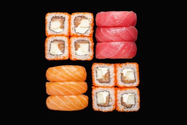 Sushi-rollen-set mit kalifornien-rolle, nigiri-lachs, nigiri-thunfisch