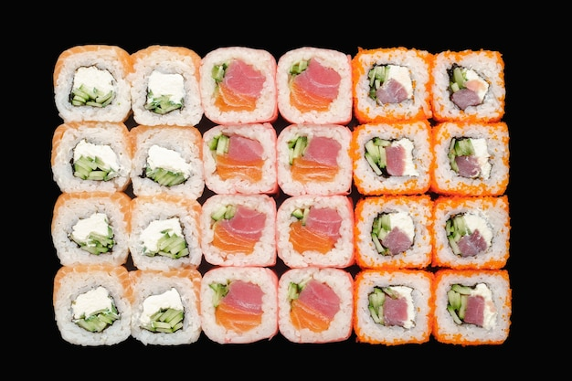 Sushi-rollen-set mit lachs, gurke, thunfisch, philadelphia-käse, m