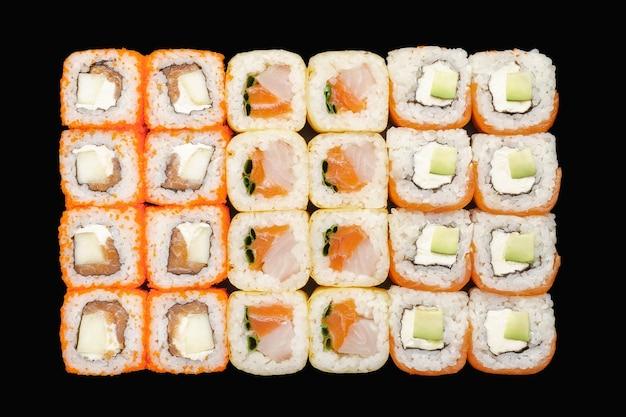 Sushi-rollen-set mit lachs, philadelphia-käse