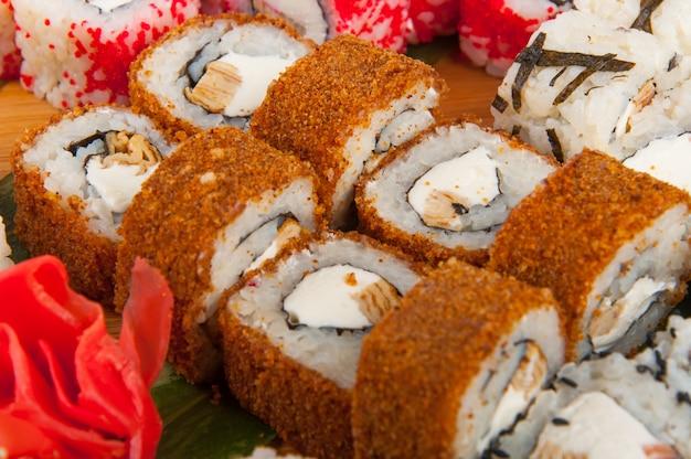 Sushi-rollen sortiert auf einem holzbrett-konzept: lieferung