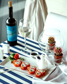 Sushi-rollen und ein glas weißwein