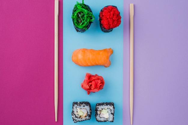 Sushi-rollen und essstäbchen