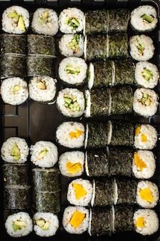Sushi-rollen vegan maki kein fisch keine meeresfrüchte vegetarische küche veggi