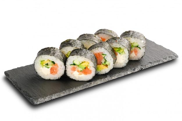 Sushi rolls mit lachs, avocado, gurke und frischkäse innen in noriblatt eingewickelt