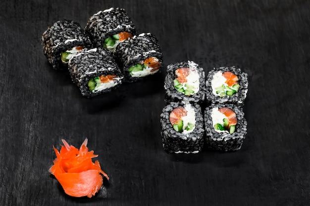 Sushi rollt auf dem tisch