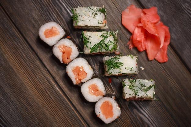 Sushi rollt auf hölzerner tischoberansicht