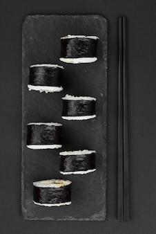 Sushi rollt auf schieferplatte