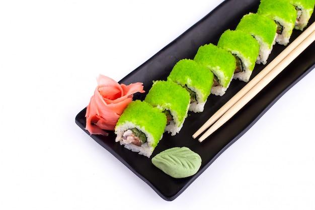 Sushi rollt auf schwarzem teller