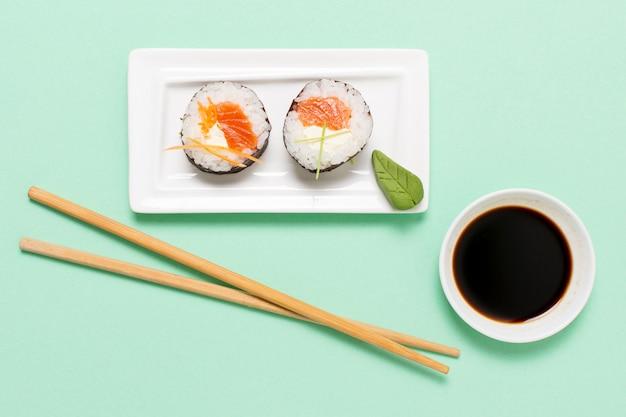 Sushi rollt auf teller