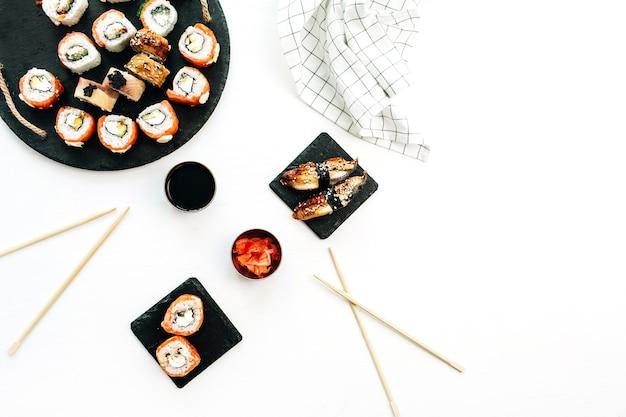 Sushi rollt auf weißer oberfläche