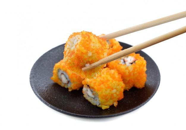 Sushi rollt japanisches essen auf schwarzem platz auf weiß