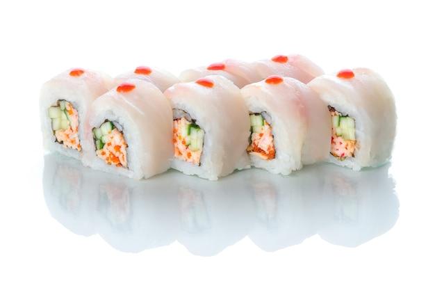 Sushi rollt roten barsch und schneekrabben uramaki weißen drachen