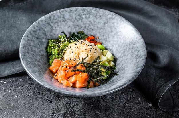 Sushi-sackschale mit asiatischem trendigem essen der gurkenlachs-avocado