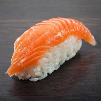 Sushi sashimi auf dem holztisch