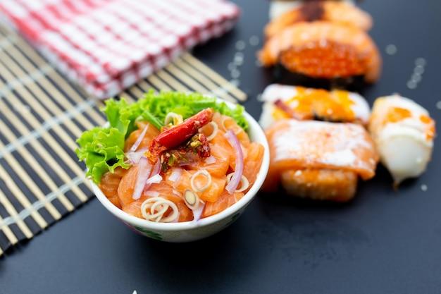 Sushi, sashimi mit stäbchen, japanisches sushi mit sojasauce und wasabi.