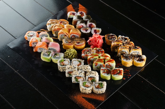 Sushi-set auf schwarzem hintergrund