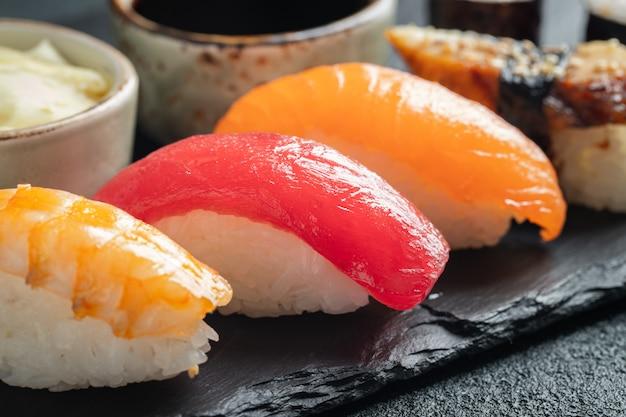 Sushi-set aus lachs, thunfisch und geräuchertem aal.