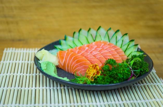 Sushi-set (combo). traditionelle japanische küche, premium-sashimi in eleganter umgebung.