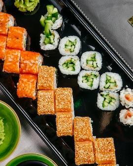 Sushi set kappa maki kalifornien philadelphia ebi maki draufsicht
