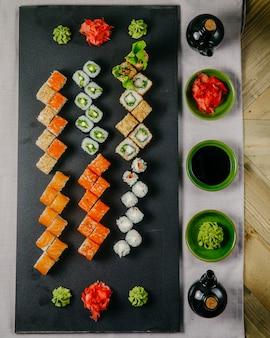 Sushi-set kappa maki krabben maki philadelphia maki mit garnelen ebi maki draufsicht