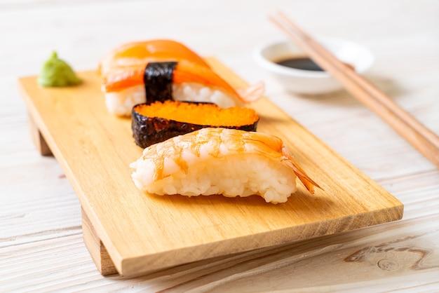 Sushi-set mischen. japanischer essensstil