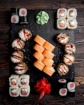 Sushi-set mit ingwer und wasabi serviert