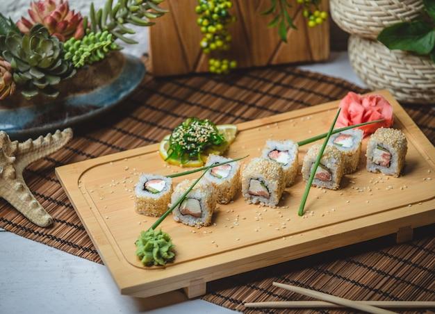Sushi set mit ingwer und wasaby
