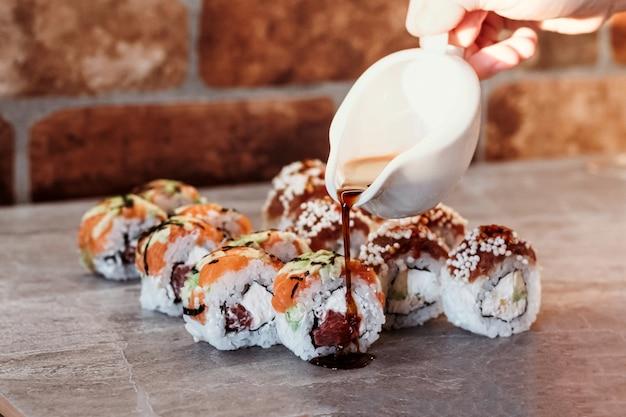 Sushi-set mit lieferung nach hause. romantisches abendessen. sushi in box.