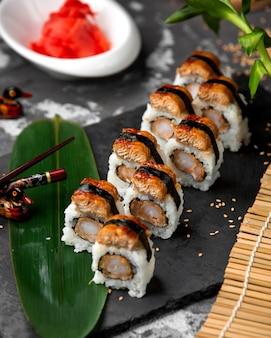 Sushi-set mit reis und fisch