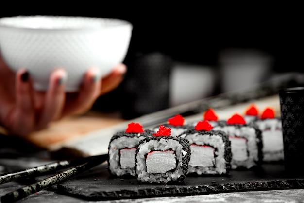 Sushi-set mit schwarzem bezug und reis