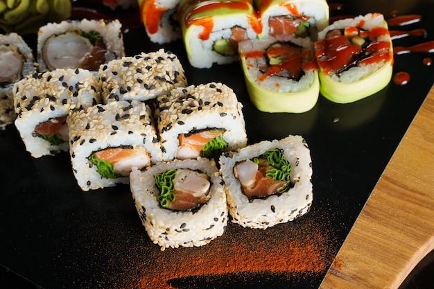 Sushi-set nahaufnahme auf schwarzem hintergrund