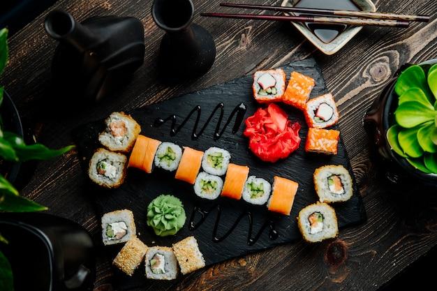 Sushi set philadelphia krabben maki kalifornien cappa maki ingwer wasabi draufsicht