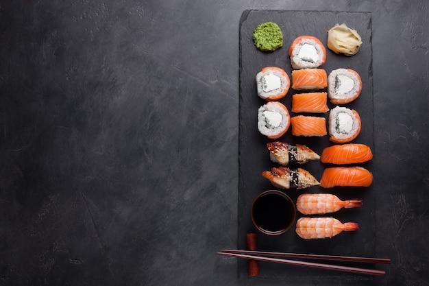 Sushi set sashimi mit lachs, garnelen, aal.
